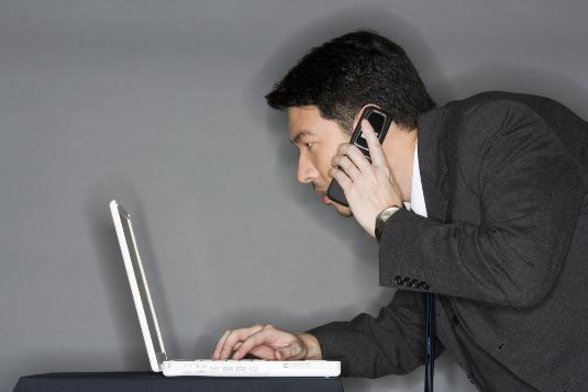 错误的接电话方式易损害男性健康