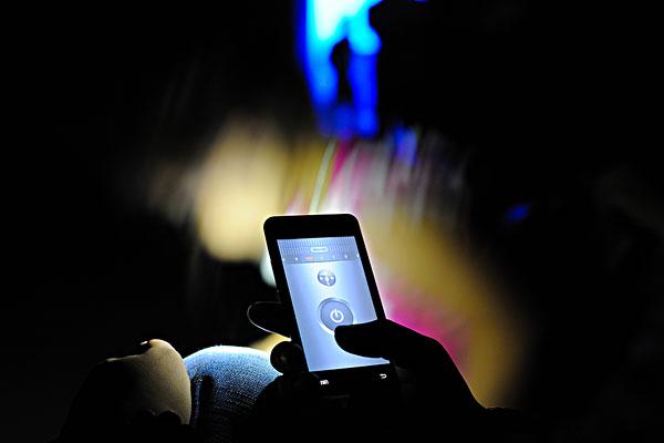 孩子玩手游10小时视网膜脱落 睡前玩手机十大危害