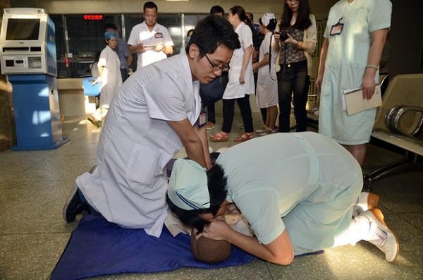 北京朝阳医院护士紧急救治晕厥患者