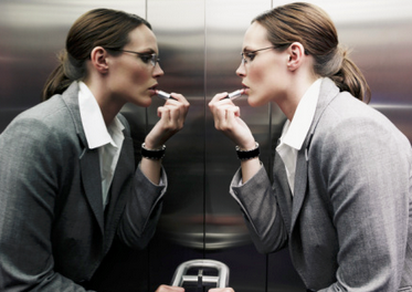 电梯里的镜子